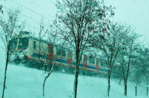 Her tren gecisi aslinda hayatin icindeki bir anlik durustur; oysa tren hizlidir. Icindekiler icin ise bazen kalma olasiliklari olan yeri gosterir. Minik anlarda da olsa orada kalir yolcular... Tipki bir trenin yillar once Istanbul'da karlari savurarak yanimdan gecerken beni Kara's goturmesi gibi... Kalici olmakla gecici olmak arasindaki minik tutunus... Bir anlik mantik kaybi...- Each train's passing is actually a momentary stance in life; whereas the train is fast. For those in the train on the other hand, it would sometimes show the place where they were likely to stay. Even if there were little moments, the passengers used to stay there ... Just like a train brought me to Kars when a train was passing by me in Istanbul feeling the snow scattered around myself many years ago ...A tiny gripping between being permanent and temporary.. A momentary lapse of reason...